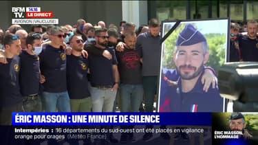 La foule observe une minute de silence en hommage à Éric Masson devant son commissariat d'Avignon