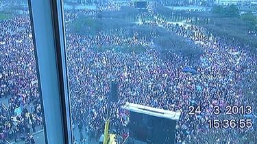 Une capture vidéo de la manifestation, permettant ensuite un comptage précis.