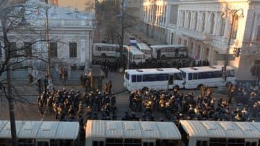 Les forces de l'ordre tentent de protéger le Parlement le 3 décembre 2013.