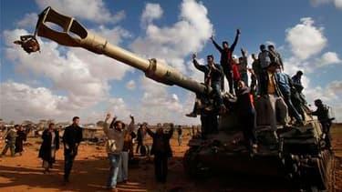Manifestation de joie des insurgés libyens près d'Ajdabiah. La puissance de feu des armées occidentales a cloué au sol les avions libyens et stoppé l'avancée des troupes kadhafistes vers Benghazi, fief du soulèvement de la mi-février, mais les insurgés ne