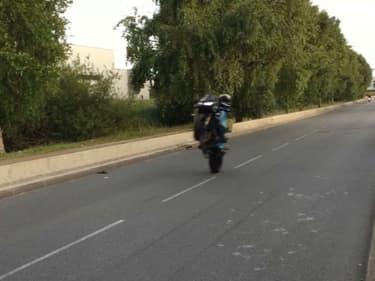 Un conducteur de deux-roues se livrant à un rodéo sauvage.