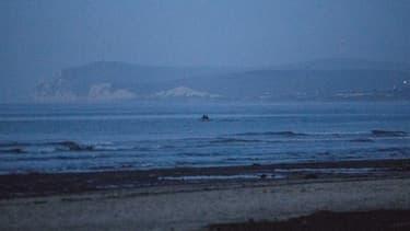 Une embarcation de migrants qui quitte une plage du nord de la France en direction de la Grande-Bretagne.