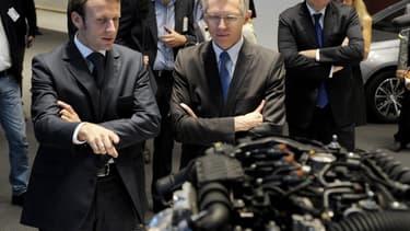 Emmanuel Macron s'est rendu dans des usines Renault et Peugeot.