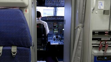 Un pilote dans le cockpit d'un Airbus A320, en 2009. (photo d'illustration)