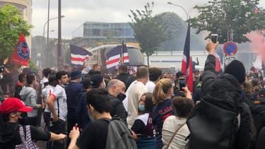 Le car des joueuses du PSG et les ultras du club, à Paris le 4 juin 2021