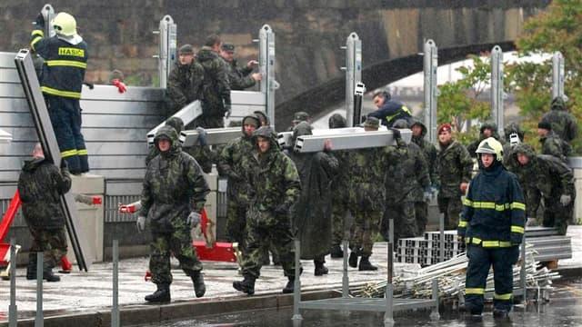 Barrières érigées pour contenir la crue de la Vlatva à Prague. Près de 2.700 personnes ont été évacuées de chez elles lundi en République tchèque en raison d'inondations et dans la capitale. Au moins cinq personnes ont trouvé la mort. /Photo prise le 3 ju