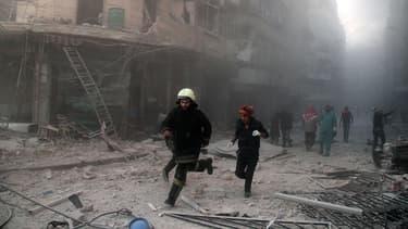 Au moins 23 personnes, la plupart des combattants du groupe rebelle islamiste Ahrar al-Cham, ont été tués ce lundi dans un attentat au camion piégé dans la ville d'Alep, dans le nord de la Syrie, a indiqué une ONG - 25 janvier 2016