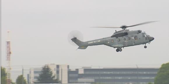 L'hélicoptère transportant les quatre ex-otages se pose à Villacoublay.