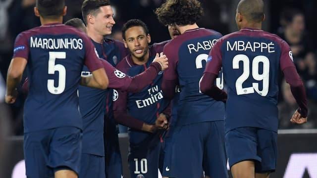 Neymar félicité par ses coéquipiers