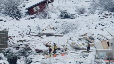 Des équipes de secours recherchent des survivants après un glissement de terrain à Ask, le 1er janvier 2021 en Norvège.