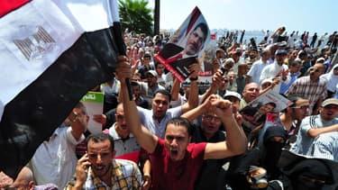 Des partisans du président déchu Mohamed Morsi, vendredi 16 août, au Caire.