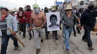 Des débordements ont éclaté entre des policiers et des manifestants parfois armés, dans l'affaire des étudiants disparus au Mexique.