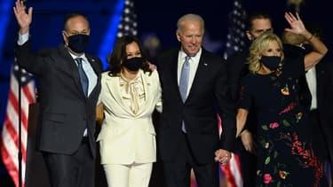 Joe Biden et Kamala Harris accompagnés de leurs conjoints respectifs le 7 novembre 2020.