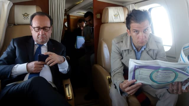 François Hollande et Gaspard Gantzer à bord d'un hélicoptère le 13 avril 2017.