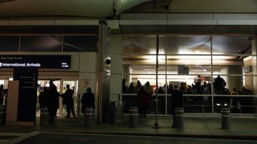 Des centaines de personnes sont bloqués dans les aéroports.