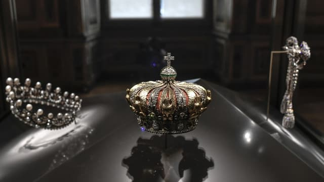 Trois vitrines permettent l'exposition des diamants de la couronne française