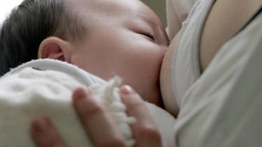 Une recherche montre que les femmes infectées par le virus produisent des anticorps dans leur lait maternel jusqu'à dix mois après.  (PHOTO D'ILLUSTRATION)