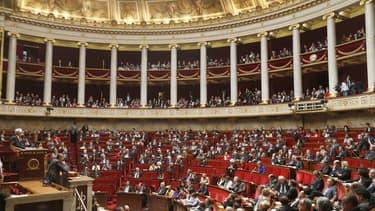 Les députés français ont adopté mardi par 289 voix contre 248 le projet de loi sur l'enseignement supérieur et la recherche qui prévoit notamment l'enseignement en anglais dans les universités françaises pour certains cours. Les groupes Front de gauche, é