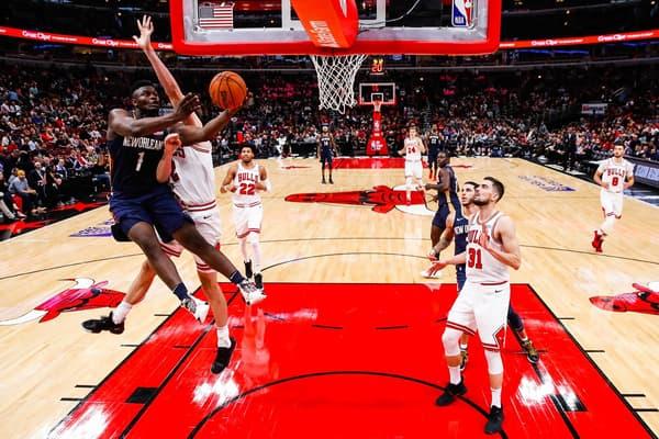 Zion Williamson attaque le cercle lors d'un match de présaison des New Orleans Pelicans