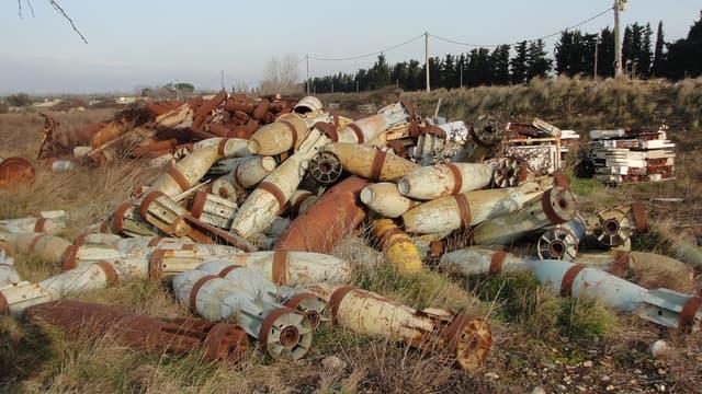 Certains obus sont entreposés en plein air, comme le montre cette photo prise par une association environnementale en 2013.