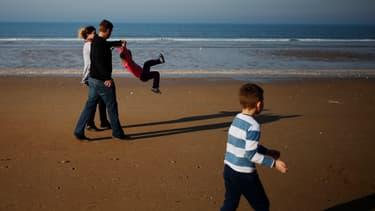 Une famille profite du beau temps à Cabourg, le 22 février 2019.