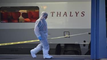 Un policier marche près du Thalys dans lequel un tireur a fait deux blessés, le 21 août, dans le Nord de la France.