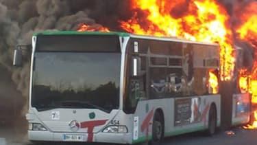 Le bus de la ligne 402 a pris feu sur le parking du lycée Doisneau, à Corbeil-Essonnes.