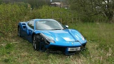 Cette Ferrari a atterri dans un champ dans le Yorkshire en début de semaine et personne n'est venu la réclamer depuis.