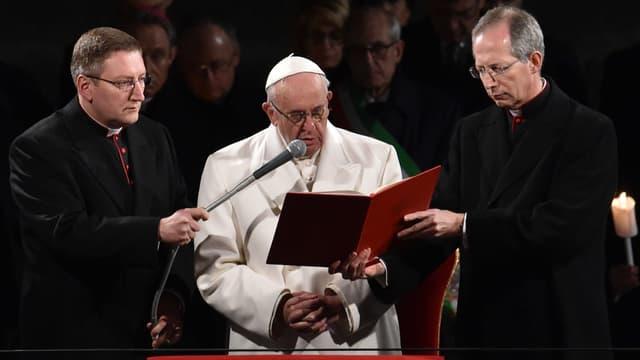 Le pape François a renouvelé son appel aux pays de l'Union européenne à accueillir dignement des centaines de milliers de demandeurs d'asile et immigrés.