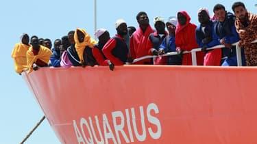 L'Aquarius, le bateau affrété par SOS Méditerranée et MSF lors d'un sauvetage au large de Salerne (Italie) le 26 mai 2017 (image d'illustration)