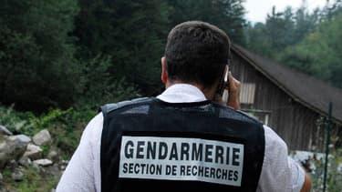 Un gendarme bloque l'accès à la scène de crime à Chevaline, le 5 septembre 2012.