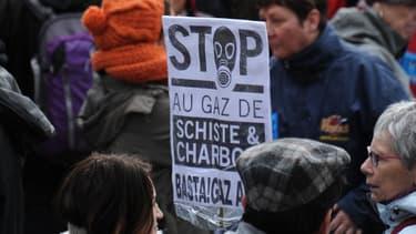 Manifestation à Barjac dans le Gard contre le reconduite d'un permis de recherches sur le gaz de schiste au bénéfice de Total.