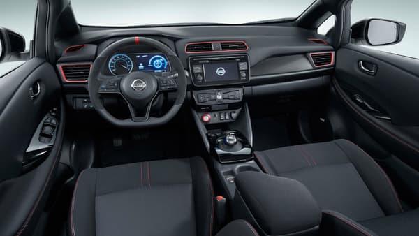 L'intérieur (photo inversée pour avoir le volant à gauche) reste aussi très proche de la version classique de la Leaf.