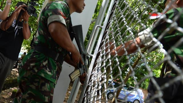 Des militaires arrivent dans la prison où sont détenus les neuf condamnés à mort, en Indonésie.