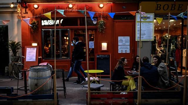 Terrasse d'un bar parisien, le 3 octobre 2020