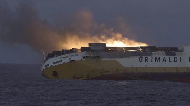 """Le navire de commerce italien """"Grande America"""" a été victime d'un incendie dimanche soir dans le golfe de Gascogne. - AFP"""