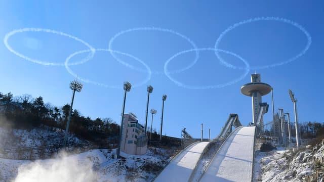 Les anneaux olympiques dans le ciel coréen