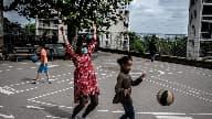Des enfants jouent avec une éducatrice à La Mulatière près de Lyon, le 20 avril 2020. (photo d'illustration)