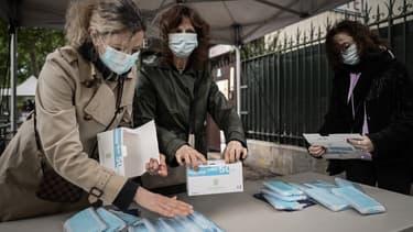 Des volontaires distribuant des masques