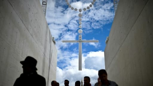 Des pélerins se dirigent vers le sanctuaire de Fatima avant l'arrivée du pape à Fatima, dans le centre du Portugal, le 12 mai 2017