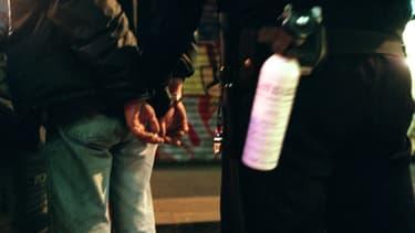 Des CRS procèdent à des contrôles dans le 18e arrondissement de Paris, en octobre 1999, lors d'une opération de lutte contre les trafics de stupéfiants (PHOTO D'ILLUSTRATION).