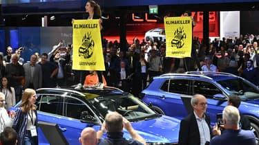 Des manifestants de l'association écologiste Greenpeace protestant au salon automobile de Francfort le 12 septembre contre les SUV.