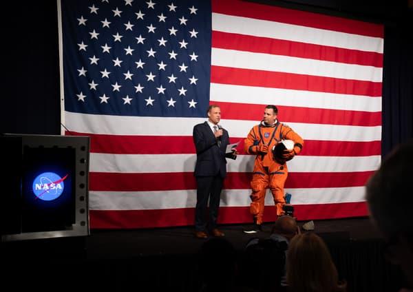"""La combinaison spatiale  baptisée """"Orion Crew Survival Suit"""" servira pour le trajet entre la Terre et la Lune."""