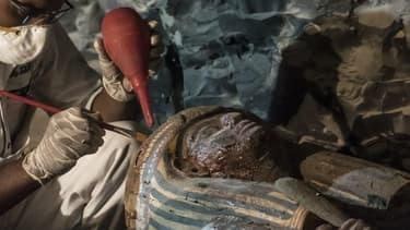 Un archéologue égyptien restaure un sarcophage, à Louxor en Égypte le 9 septembre 2017.