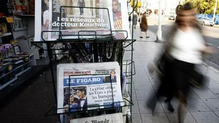 Les quotidiens nationaux Le Figaro et Le Monde ont annoncé lundi une augmentation de dix centimes de leur prix de vente pour faire face notamment à la hausse des coûts de fabrication et de distribution. /Photo d'archives/REUTERS/Eric Gaillard