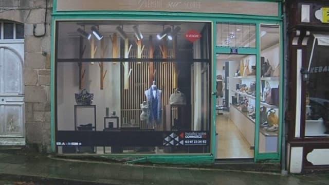 Un village du Morbihan installe de fausses vitrines pour inciter les commerçants à revenir.