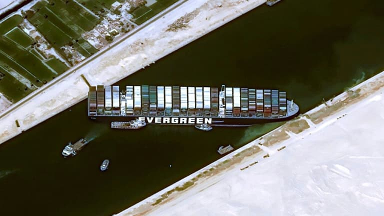 https://images.bfmtv.com/BESqfMusE-uhBobHz5ueWxCNFYI=/0x168:768x600/768x0/images/Le-porte-conteneurs-Ever-Given-bloquant-le-canal-de-Suez-photo-diffusee-le-25-mars-2021-994691.jpg