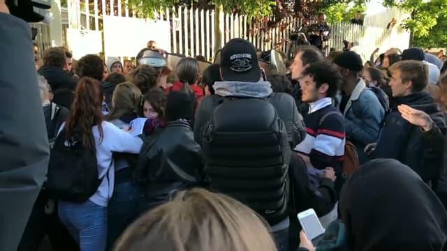 Des étudiants devant les grilles de la Maison des examens d'Arcueil, dans le Val-de-Marne, le 11 mai 2018.