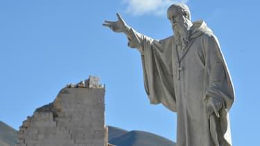 La statue de Saint-Benoît, dans le centre de Norcia, épicentre du séisme de 6,6 qui a frappé le centre de l'Italie le 30 octobre.
