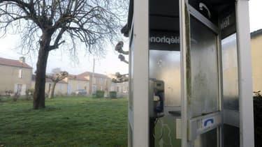 Une partie des cabines téléphoniques survivantes est tout simplement laissée à l'abandon